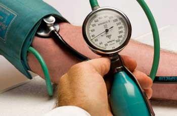 Разное давление на руках: что это значит, причина и лечение